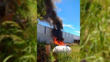 Rápida intervención de bomberos evitó la explosión de un tanque gas en incendio