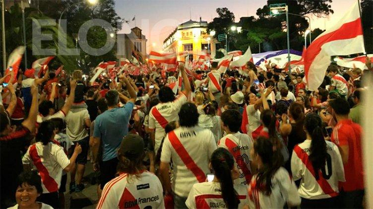 River campeón: Los hinchas festejaron en plaza 1º de Mayo