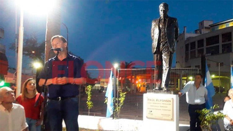 A 35 años de la vuelta de la democracia, inauguraron monumento a Raúl Alfonsín