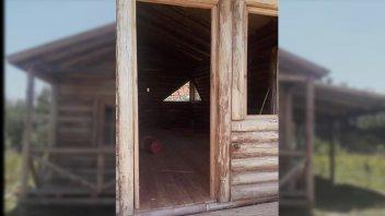 Le robaron la puerta y ventana de su casa de madera