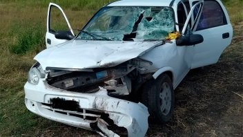 Un auto terminó destrozado al volcar cuando intentaba sobrepasar a un camión