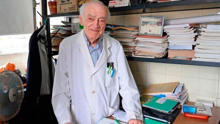 Médico que nació en Entre Ríos tiene 90 años y da su ejemplo en un hospital