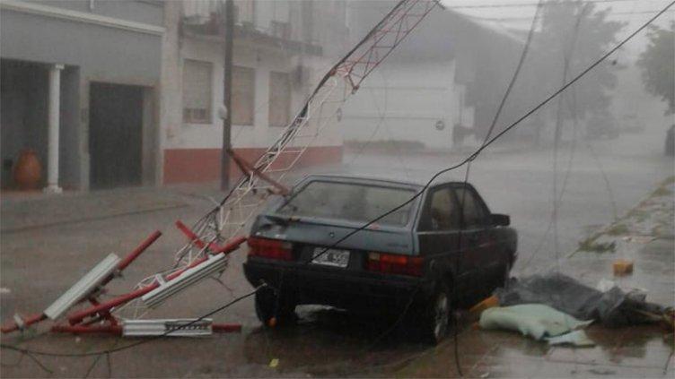 Antena cayó sobre un auto durante el temporal y un hombre se salvó de milagro