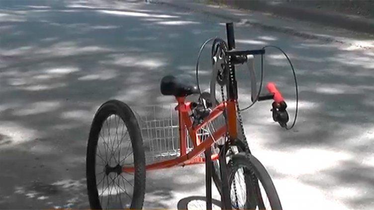 Fabricó bicicleta adaptada para discapacitado que es fanático del cicloturismo
