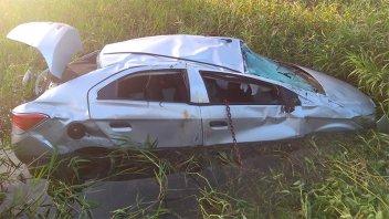 Un auto despistó y terminó sumergido en el agua de un zanjón