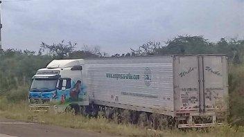 Un camión con acoplado terminó despistando en la ruta nacional 14