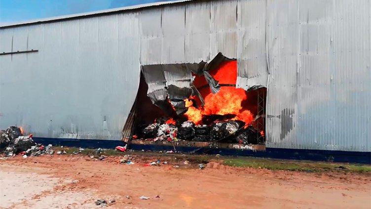 Video: Incendio de magnitud destruyó una planta de tratamiento de residuos