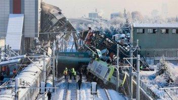 Un tren bala y una locomotora chocaron en Turquía: hay nueve muertos