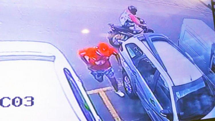Ladrones en moto asaltaron a mujer en el estacionamiento de un hipermercado