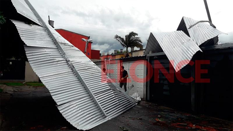 Temporal voló el techo de cocheras: