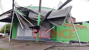 Imágenes: El temporal de lluvia y viento arrasó con el techo de una verdulería
