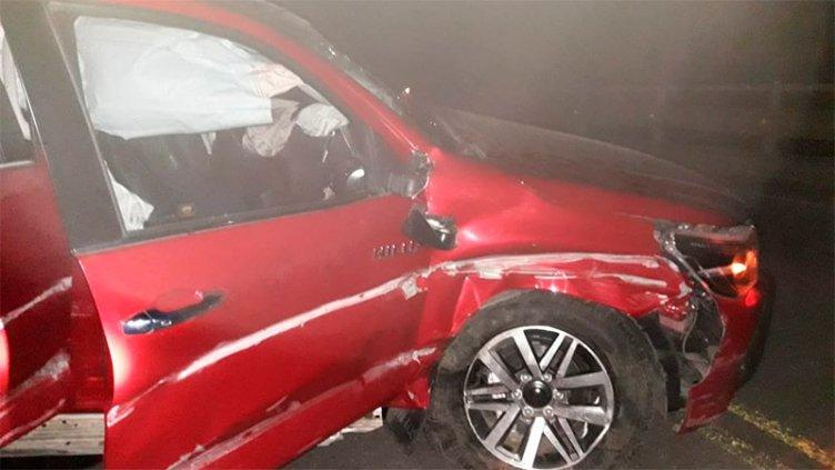 Perdió el control de la camioneta en una curva y chocó contra un puente