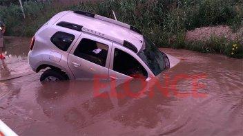 Un vehículo  quedó incrustado dentro de un pozo con agua: Fotos y video