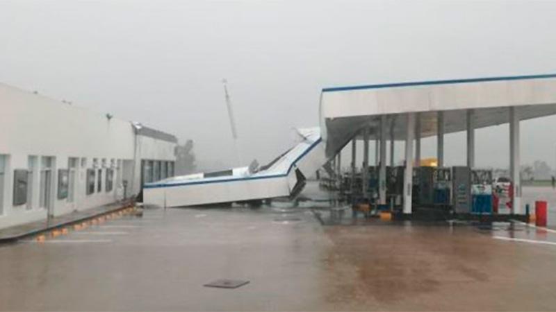 Impresionante video: El momento en que cae el techo de una estación de servicios