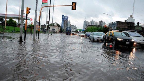 Temporal en Buenos Aires: Calles anegadas y una persona murió en La Plata
