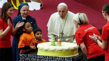 El Papa Francisco cumplió 82 años y unos niños le hicieron soplar las velitas
