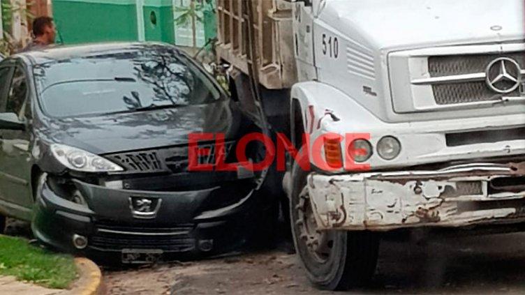 Camión recolector chocó y provocó importantes daños a un auto mal estacionado