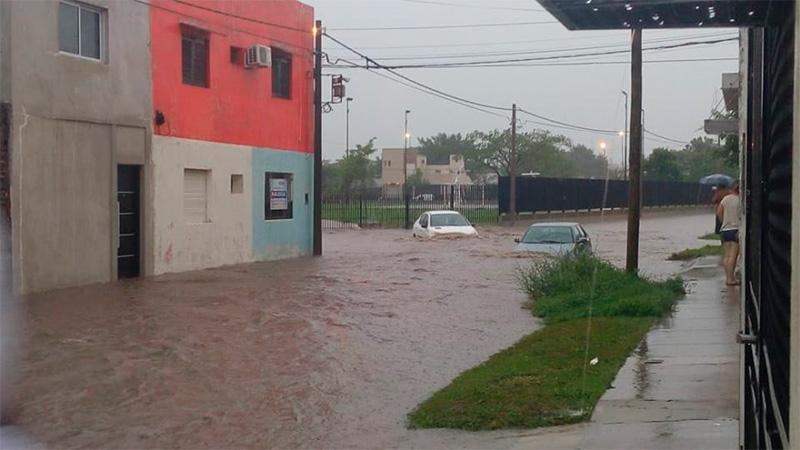 Los vecinos intentan rescatar los autos inundados.-