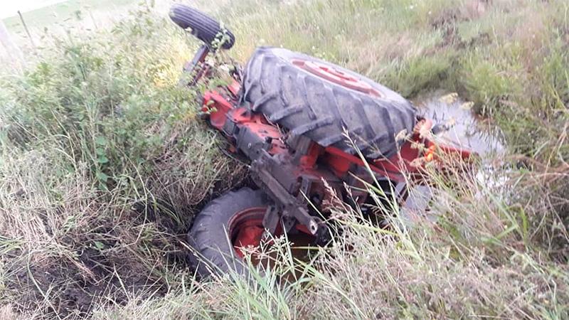 Un hombre murió al volcar el tractor que conducía