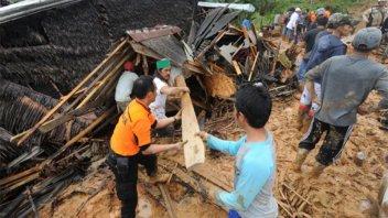 Al menos 15 personas murieron por deslizamiento en Indonesia