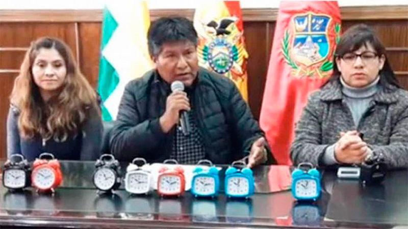 Gobernador boliviano le regaló despertadores a los trabajadores que llegan tarde