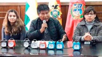Gobernador decidió regalarles relojes despertadores a empleados impuntuales