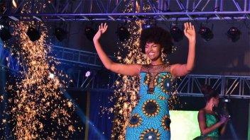 Miss África festejaba su coronación y se le prendió fuego el cabello