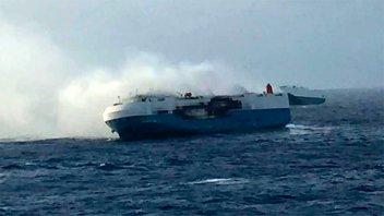Sin tripulantes, buque repleto de autos nuevos está a la deriva en el Pacífico