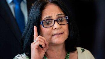 Una ministra de Bolsonaro propone que niños vistan de azul y las niñas, de rosa