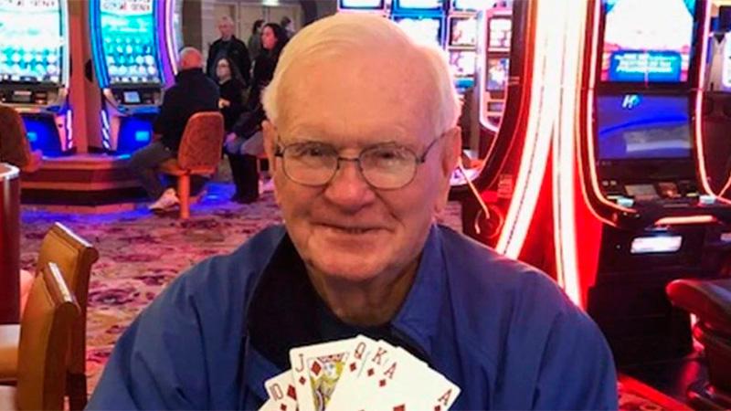 El jubilado muestra la jugada con la que ganó un millón.