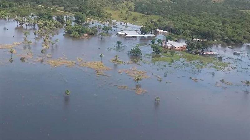La asistencia a los evacuados se realiza por aire