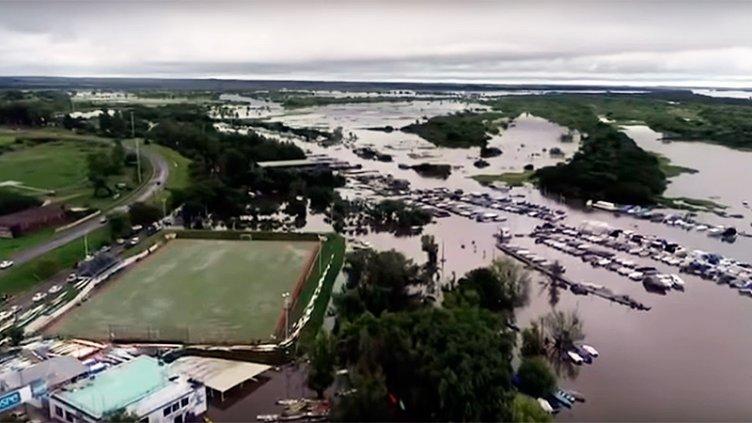 Imágenes desde un drone muestran la crecida del río en Concepción del Uruguay