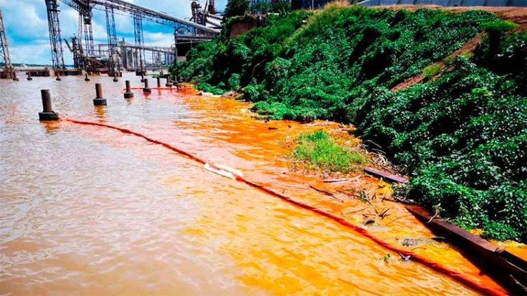 Se derramaron 1000 toneladas de aceite en el río Paraná