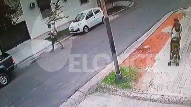Dos jóvenes y una mujer con un cochecito quedaron filmados durante un robo
