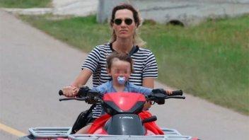 Fotografiaron a ex modelo en cuatriciclo y sin casco con su pequeño hijo