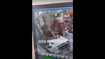 Video: Escracharon a mecheras que robaron elementos de una farmacia