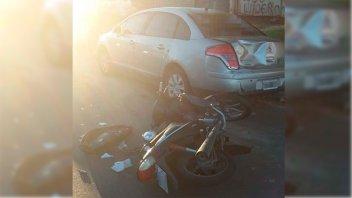 Está grave un joven que chocó su moto contra un auto estacionado