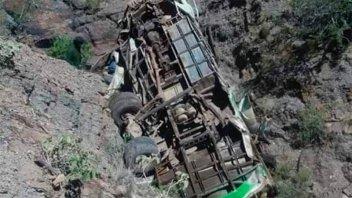 Al menos 35 muertos tras sendos accidentes de colectivos en Bolivia