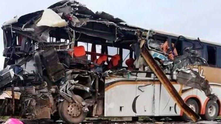 Futbolistas argentinos murieron en Bolivia al caer un colectivo por una barranca
