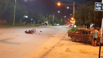 Motociclista está muy grave tras chocar con un auto