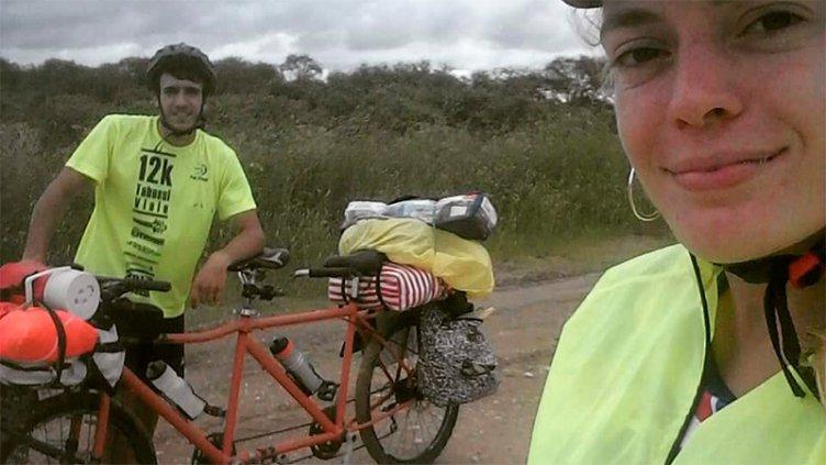 Son novios, fabricaron una bicicleta doble y se fueron a pasear por Uruguay