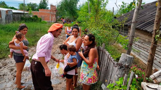 Fotos: Así repartió la ayuda el jinete que donó su premio a los inundados