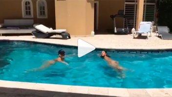 Moria Casán desnuda en la pileta: Nadó sin ropa con una amiga y publicó el video