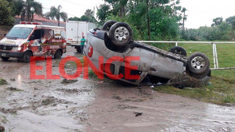 Video: Un auto volcó frente al atracadero de la balsa en Paraná