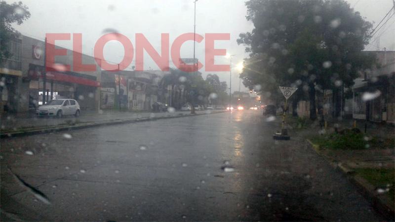 El diluvio anegó calles y viviendas en Paraná