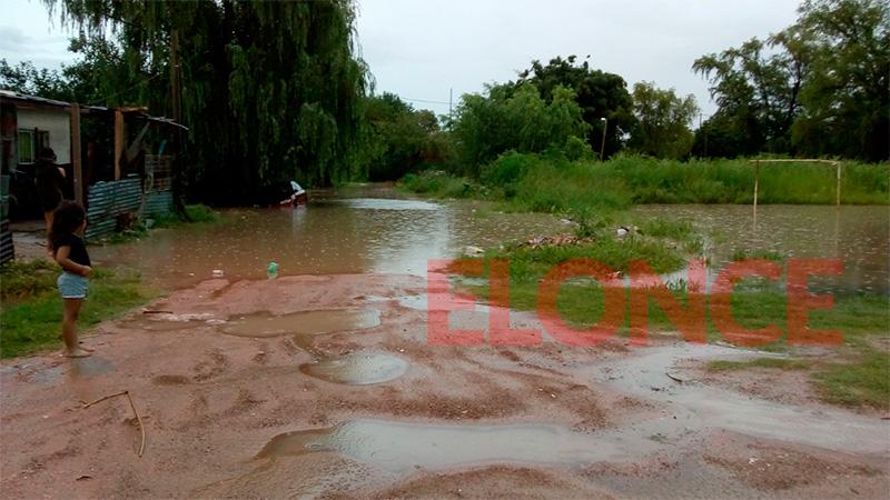 La gran cantidad de agua caída provocó el desborde de arroyos