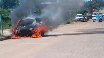 Un auto se prendió fuego tras una explosión en el motor