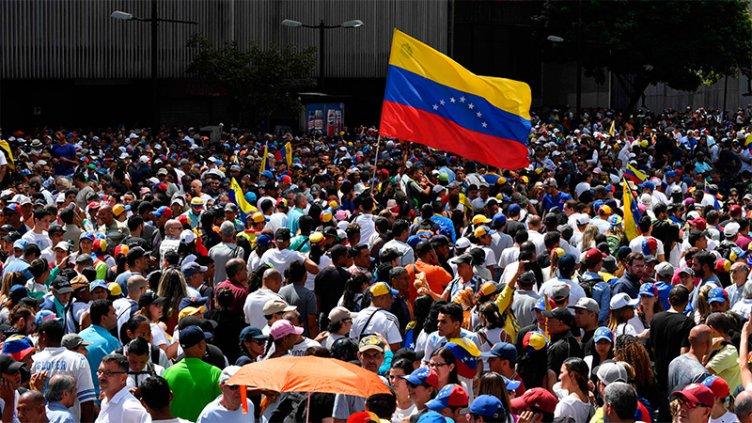 Crece la tensión en Venezuela: Un presidente autoproclamado y otro que resiste