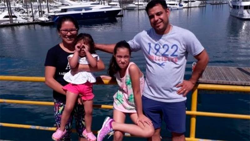 Natalia y Fabián junto con sus hijas, Emilia y Abril.