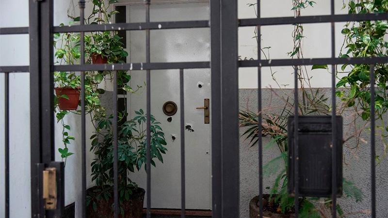 La marca de los balazos en la puerta.